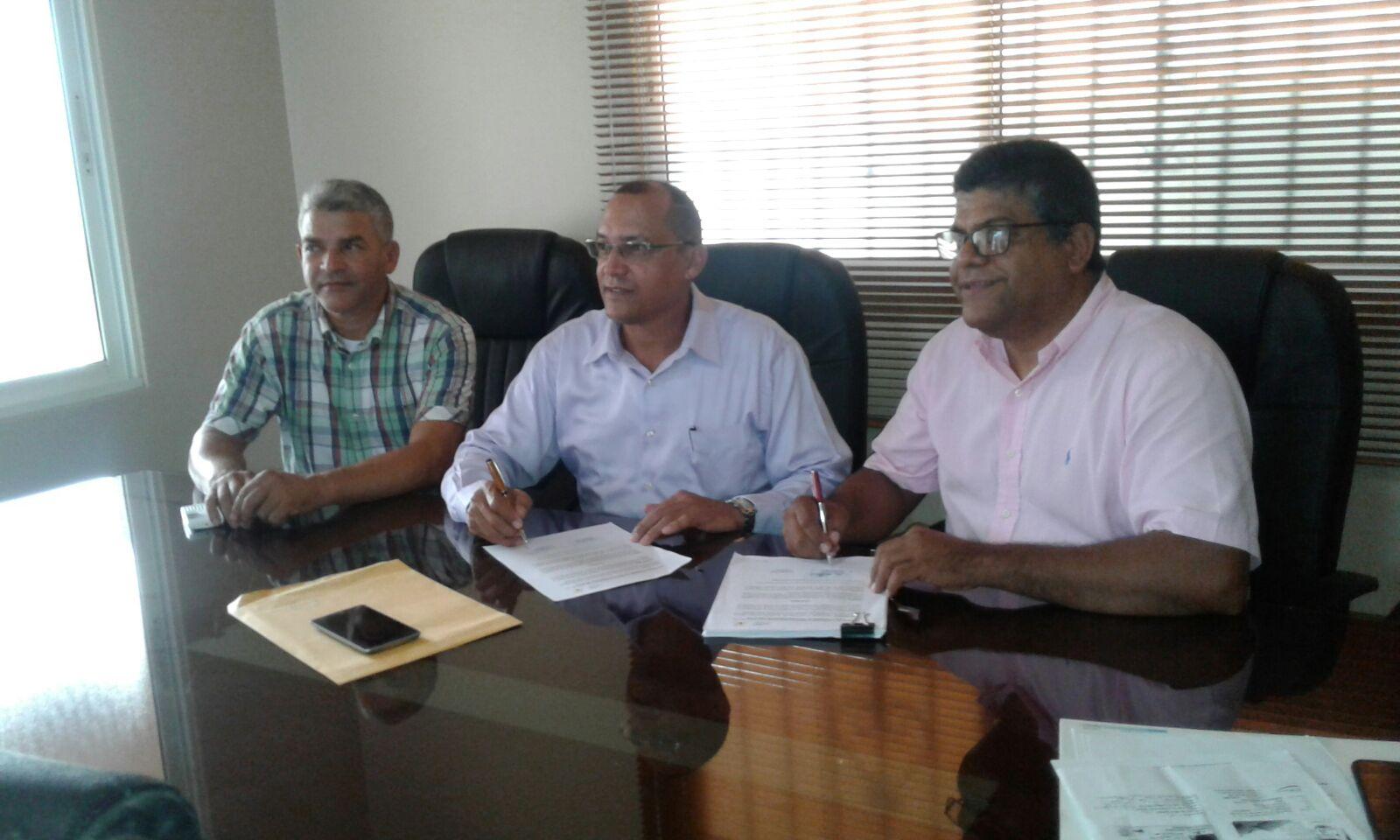 Firma convenio de cooperación interinstitucional entre Plan Yaque, Inc. y el Consejo Municipal de los Fondos Mineros de Jarabacoa